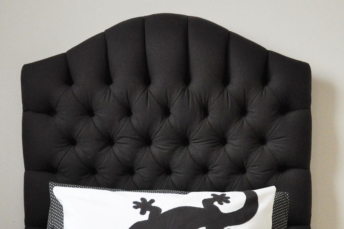 Hoofdbord-gestoffeerd-zwart-capiton-detail-Nomaji
